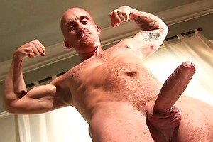 MUscle mature brit Sam Porter strokes dick